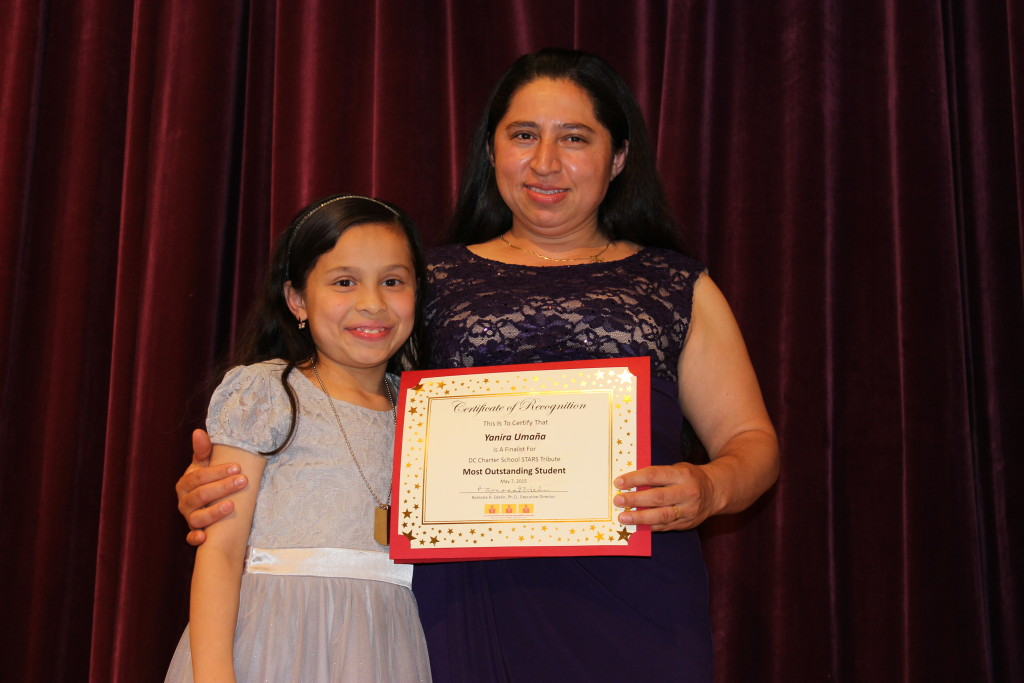Yanira Umaña with her daughter after receiving the award
